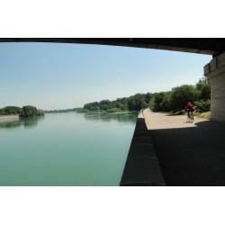 Le Rhône entre dans Lyon en passant sous le pont Poincaré.